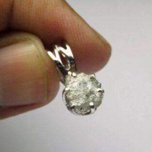 לכלה ולערב: תליון כסף בשיבוץ יהלום גלם לבן 0.65 קרט