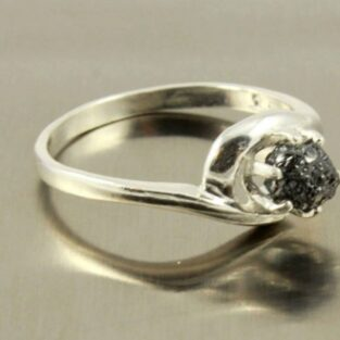 לכלה ולערב: טבעת כסף בשיבוץ יהלום שחור גלם