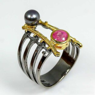 תכשיט לכלה ולערב: טבעת בשיבוץ רובי ופנינה שחורה