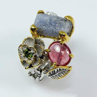 תכשיט לכלה ולערב: טבעת בשיבוץ ספיר גלם רובי ודיופסיד