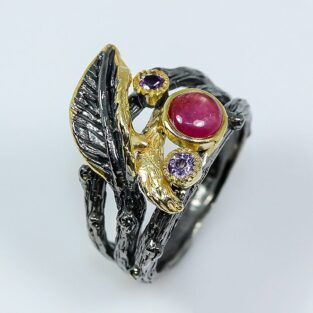תכשיט לכלה ולערב: טבעת בשיבוץ אבני רובי ואמטיסט