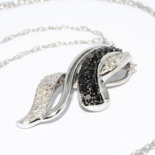 תכשיט זהב לכלה: תליון ושרשרת בשיבוץ 17 יהלומים שחורים 30 יהלומים לבנים