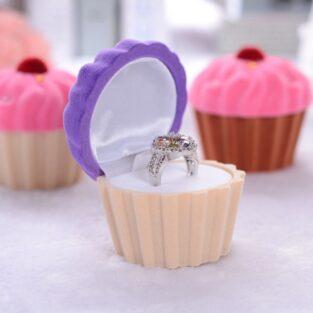 קופסת תכשיטים מהודרת לטבעת או עגילים עיצוב קפקייק סגול שמנת