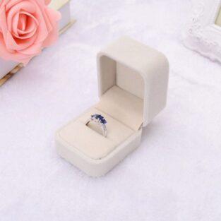 קופסת תכשיטים מהודרת לטבעת או עגילים מלבן קטיפה שמנת