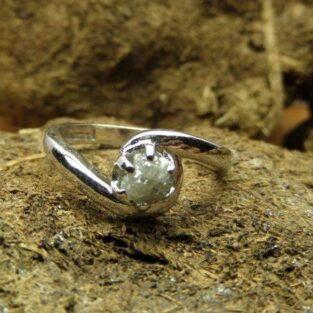לכלה ולערב: טבעת כסף בשיבוץ יהלום גלם לבן 0.50 קרט
