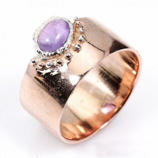 תכשיט לכלה ולערב: טבעת בשיבוץ אבן אמטיסט מרכזית תכשיט יוקרה עבודת יד