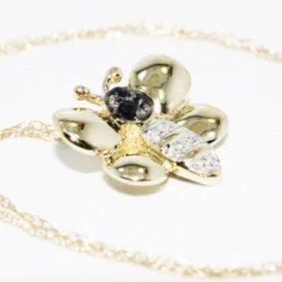תכשיט לכלה ולערב: תליון ושרשרת זהב צהוב בשיבוץ ספיר כחול ויהלומים. עיצוב פרפר