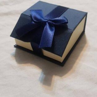 קופסת תכשיטים לשרשרת או עגילים צבע כחול וסרט מגנטי
