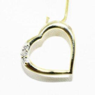 תכשיט לכלה ולערב: תליון זהב צהוב 10 קרט עיצוב לב בשיבוץ 3 יהלומים לבנים