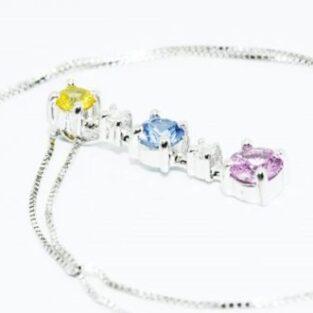 תכשיט לכלה ולערב: תליון ושרשרת זהב לבן בשיבוץ 3 ספיר 2 יהלומים, ספיר צהוב ורוד כחול