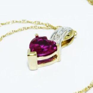 תכשיט לכלה ולערב: תליון ושרשרת זהב לבן וצהוב בשיבוץ רובי ויהלומים לבנים עיצוב לב
