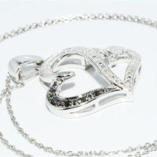 תכשיט לכלה ולערב: תליון ושרשרת כסף בשיבוץ יהלומים שחורים ולבנים עיצוב לבבות