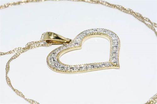 תכשיט לכלה ולערב: תליון ושרשרת זהב צהוב בשיבוץ 2 יהלומים לבנים