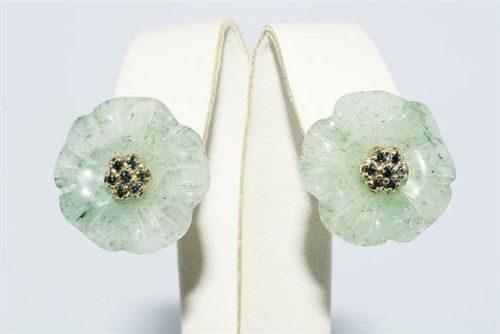תכשיט לכלה ולערב: עגילי זהב 14 קרט בשיבוץ 14 יהלומים כחולים ואוונטורין ירוק