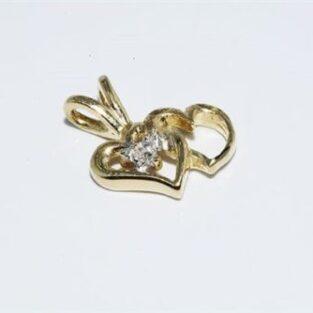 תכשיט לכלה ולערב: תליון זהב צהוב בשיבוץ יהלום עגול עיצוב לבבות