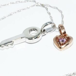 תכשיט לכלה ולערב: תליון ושרשרת זהב לבן וצהוב בשיבוץ טופז ורוד בעיצוב לב ומפתח