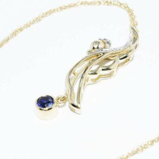 תכשיט לכלה ולערב: תליון ושרשרת זהב צהוב בשיבוץ ספיר כחול ובשיבוץ 6 יהלומים לבנים