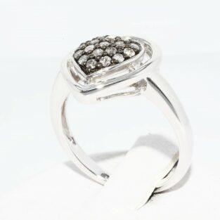 תכשיט לכלה ולערב: טבעת כסף עיצוב לב בשיבוץ 18 יהלומים אפורים מידה: 7