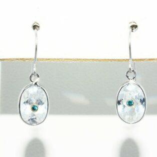תכשיט לכלה ולערב: עגילי זהב לבן 14 קרט בשיבוץ טופז לבן + 2 יהלומים כחולים