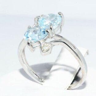 תכשיט לכלה ולערב: טבעת זהב לבן 10 קרט בשיבוץ 2 טופז כחול + 2 יהלומים עיצוב לבבות מידה: 6