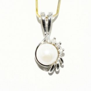 תכשיט לכלה ולערב: תליון זהב לבן 10 קרט משובץ פנינה לבנה + 3 יהלומים