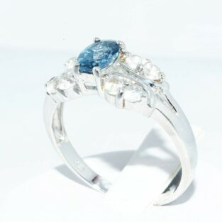 טבעת יוקרה כסף 925 בשיבוץ טופז לונדון 90. קרט + 8 טופז לבן 90. קרט מידה: 9.25